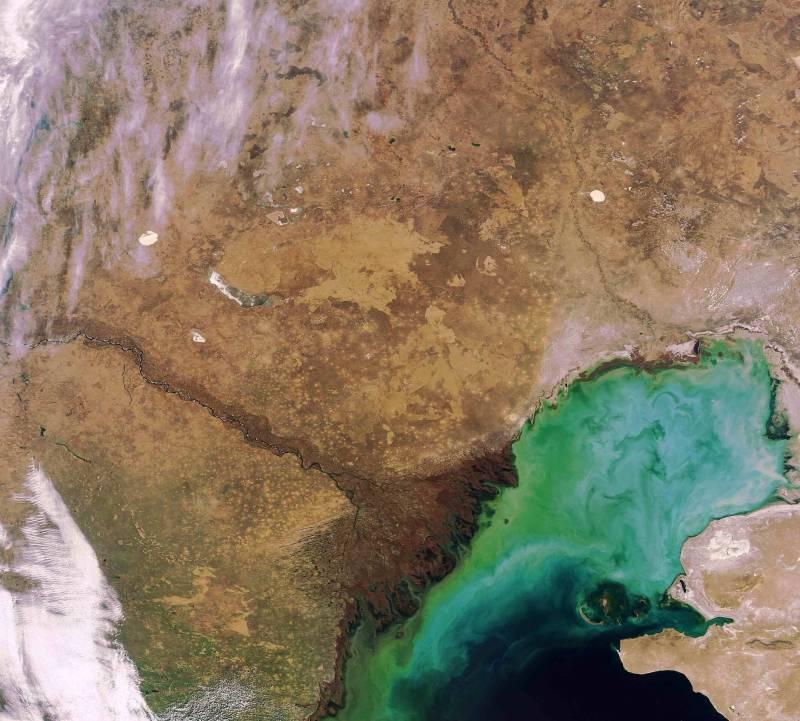 Pierwsze optyczne zdjęcie z nowej orbity - Morze Kaspijskie i ujście Wołgi / Credits: ESA