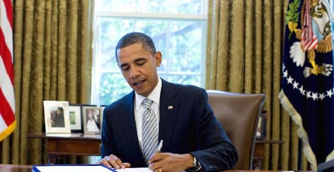 Prezydent Stanów Zjednoczonych Barack Obama podpisuje NASA Authorization Act w Gabinecie Owalnym (Official White House Photo by Pete Souza)