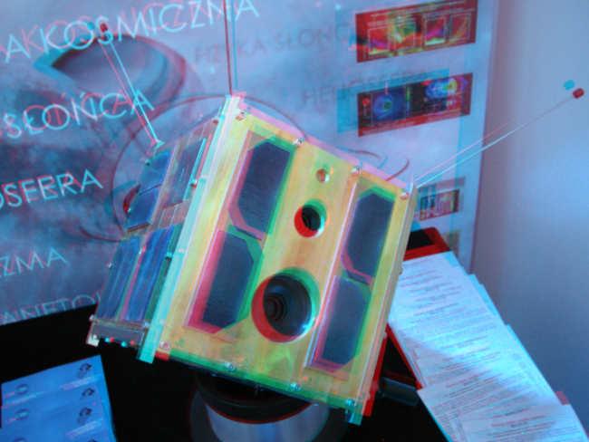 Makieta satelity BRITE udostępniona na stanowisku CBK PAN (Adam Piech//kosmonauta.net)