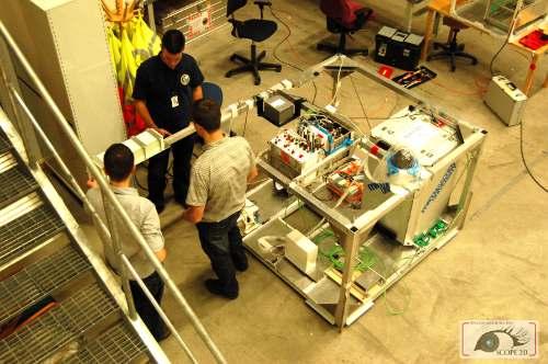 Kamil przymierzający pudełko IMU i GPSa do dużej gondoli balonu, na której poleci SCOPE / Credits - SKA, SCOPE 2.0