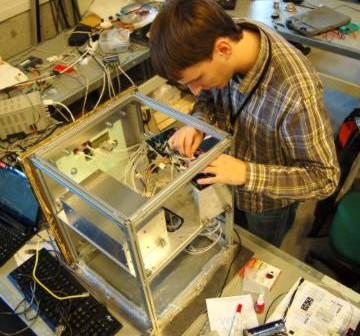 Stanowisko przygotowywania SCOPE, Krzysiek sprawdza kolejne płytki PCB / Credits - SKA, SCOPE 2.0