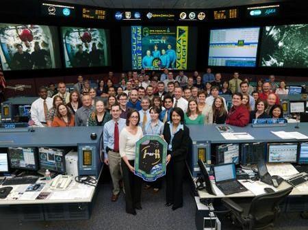 Misja STS-126: kontrola lotu misji promu oraz kontrola ISS dla jednej pozują do zdjęcia (przykład pracy w branży kosmicznej) / Credits - NASA