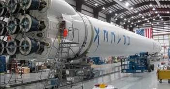 Drugi Falcon 9 po integracji w hangarze. Credit: SpaceX
