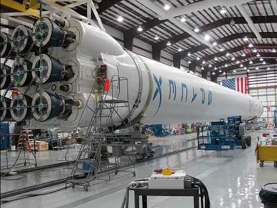 Drugi Falcon 9 po integracji w hangarze. Credit: SpaceX