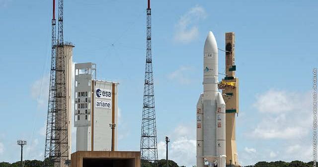 Rollout rakiety nośnej Ariane 5 ECA z ładunkiem satelitów telekounikacyjnych Eutelsat W3B oraz BSAT-3b (ESA/CNES/ARIANESPACE - Optique Video CSG, J.M. Guillon, 2010)