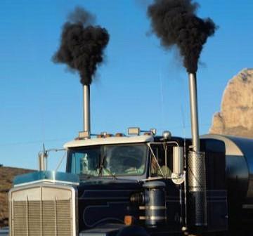 Sadza emitowana przez niewyregulowany silnik - czy tego się spodziewać dla wyższych warstw atmosfery? / Credits - EPA