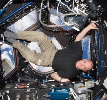 Scott Kelly w module Cupola. Zdjęcie wykonano 14 października 2010 roku / Credits - NASA