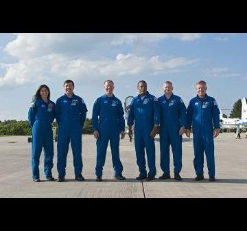 Załoga misji STS-133 po wylądowaniu na Florydzie / Credits - NASA