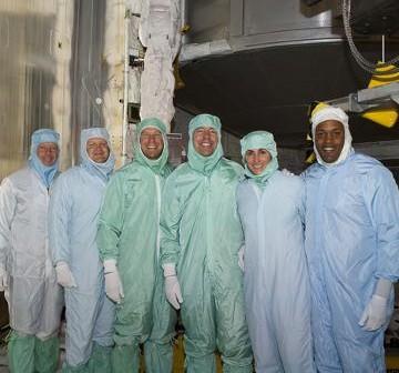 Załoga misji STS-133 dokonuje oględzin ładunki misji / Credits - NASA