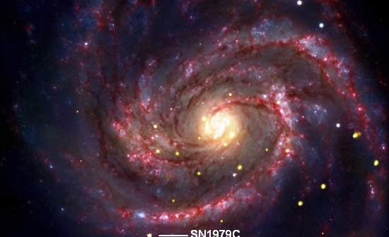 Obraz galaktyki M100 wykonany w trzech zakresach promieniowania; kolorem złotym zaznaczono źródła promieniowania rentgenowskiego zarejestrowane przez obserwatorium Chandra; kolorem niebieskim i żółto-białym oznaczono dane z zakresu światła widzialnego pochodzące z obserwatorium ESO VLT; zdjęcie uzupełnia kolor czerwony, reprezentujący dane uzyskane przez kosmiczny teleskop Spitzer, pracujący w podczerwieni (X-ray: NASA/CXC/SAO/D.Patnaude et al, Optical: ESO/VLT, Infrared: NASA/JPL/Caltech)