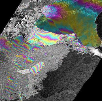 Interferometryczny obraz lodowca szelfowego Larsena utworzony z danych zebranych podczas III kampanii obserwacji tandemowych. Jasność piksela odpowiada odbijalności fal radarowych. Zmiana koloru odpowiada prędkości ruchu morza/lodowca i jego kierunkowi. Gęstsze pasma kolorów (zmiany koloru) oznaczają szybsze przemieszczenie. Jeden cykl zmiany koloru (np. od czerwonego do czerwonego) oznacza przesunięcie około 1,4 cm w ciągu godziny. / Credits: ESA
