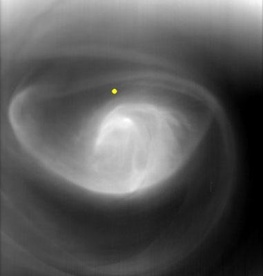 Widok na poludniowy biegun Wenus, przypominający oko huraganu 60 km nad powierzchnią; źółtą kropką oznaczono biegun południowy / Credits: ESA