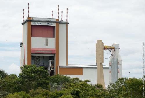 Ariane 5 w czasie transportu do budynku gdzie nastąpi integracja rakiety z satelitami. Credit: Arianespace