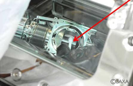 Specjalna szpatułka zbiera materiał obecny w komorze A (JAXA)