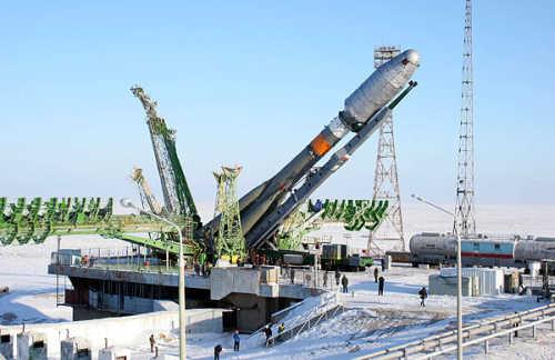Rakieta Sojuz 2-1a ze stopniem napędowym Fregat ustawiana na wyrzutni startowej (Roscosmos)