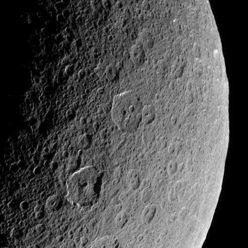 Fragment powierzchni ksieżyca Rea wykonany z pokładu sondy kosmicznej Cassini w trakcie jednego z bliskich przelotów w marcu 2006 roku z odległości 94 tysięcy kilometrów (NASA)