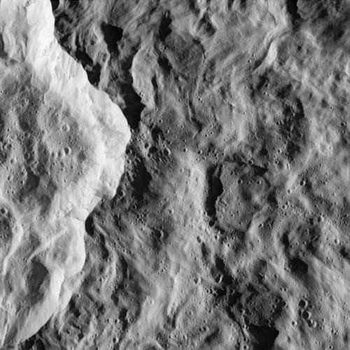 Ściana młodego krateru uderzeniowego na Rei, widoczna z pokładu sondy Cassini; zdjęcie wykonano podczas bliskiego przelotu z odległości 511 kilometrów (NASA)