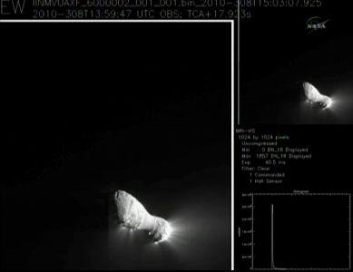 Podgląd zdjęcia z momentu najbliższego zbliżenia sondy Deep Impact/EPOXI do komety Hartley 2 (NASA TV)