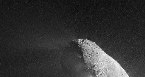 Szczegóły powierzchni oraz otoczenie jądra komety widoczne dzięki obrazom z urządzenia HRI; otaczające jądro punkty są odłamkami lodu, złożonego z mniejszych drobin, przypominających śnieg (NASA/JPL-Caltech/UMD)