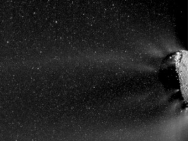 Obłok fragmentów lodu otaczający jądro komety Hartley 2; widoczne również dżety ditlenku węgla, odpowiedzialnego za ich wyrzucanie (NASA/JPL-Caltech/UMD/Brown)
