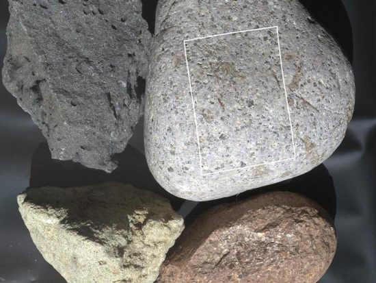 Pojedynczy obraz w kolorze tych samych skał wykonany przez egzemplarz testowy kamery MAHLI; zakreślony obszar wskazuje fragment, który nastepnie sfotografowano w powiększeniu (NASA/JPL-Caltech/Malin Space Science Systems)