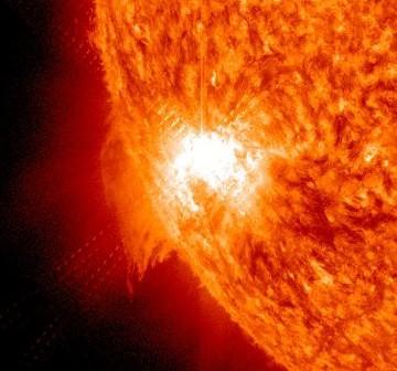 Na około dwie minuty przed maksymalnym natężeniem rozbłysku - grupa 1121 / Credits - NASA, SDO