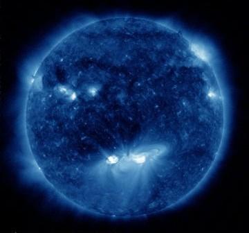 Wygląd Słońca w dniu 11 listopada 2010 roku - grupy 1121 i 1123 są widoczne w środkowej części tarczy Słońca / Credits - NASA, SDO