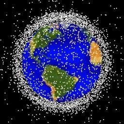 Mapa położenia kosmicznych śmieci na orbitach wokółziemskich (NASA)