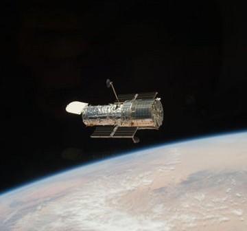 Teleskop Hubble - jeden z bardziej znanych przykładów astronautyki załogowej i bezzałogowej ostatnich dwóch dekad / Credits - NASA
