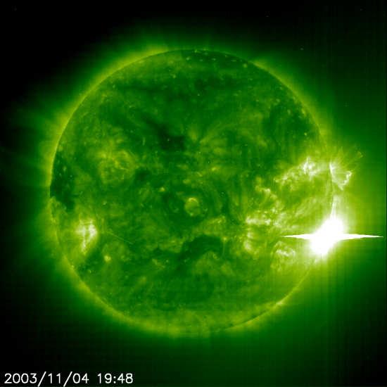 Rozbłysk słoneczny klasy X28+ zarejestrowany przez detektory sondy SOHO (NASA)