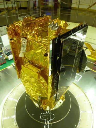 Satelita HYLAS na szczycie drugiego stopnia rakiety Ariane 5 przed zainstalowaniem łącznika SYLDA (Avanti Communications/Arianespace)