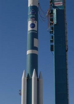 Rakieta Delta II 7420-10 z satelitą COSMO-SkyMed 3 oczekuje na start z bazy Vandenberg; w obecnym locie zostanie uzyta rakieta w identycznej konfiguracji (ULA)