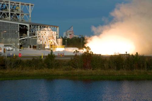 Test silnika rakietowego Aerojet AJ-26 na platformie testowej w Stannis Space Center (Aerojet)