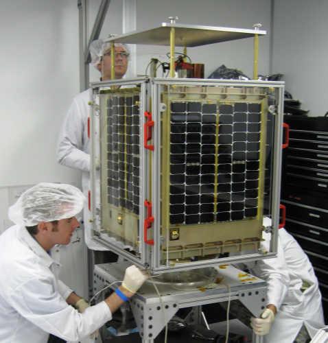 Testy integracji ładunku z platformą satelity FalconSat-5 (U.S. Air Force photo/Maj. Steve Hart)