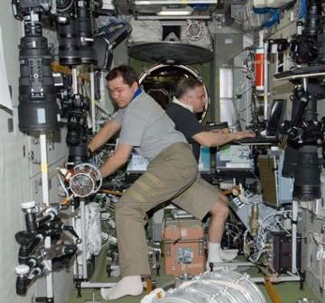Kosmonauci Skripoczka i Jurczychin pracujący wewnątrz modułu Zviezda / Credits - NASA