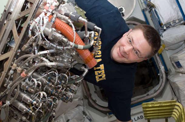 Douglas Wheelock, członek Ekspedycji 25, instaluje system Sabatiera na pokładzie modułu Tranquility (NASA)