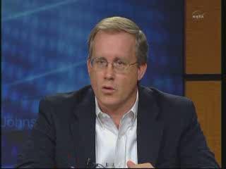 John Shannon - jeden z menadżerów programu STS - wyjaśnia problemy związane z podłużnicami zbiornika ET / Credits - NASA TV