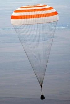 Kapsuła powrotna statku Sojuz TMA-19 ląduje / Credits - NASA, Bill Ingalls