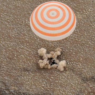 Moment lądowania kapsuły powrotnej Sojuz TMA-19 / Credits - NASA, Bill Ingalls