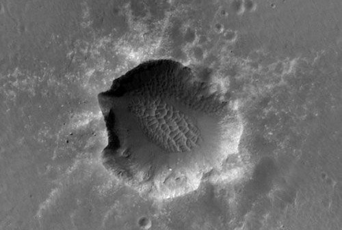 Krater Santa Maria sfotografowany przez kamerę wysokiej rozdzielczości HiRISE, która znajduje się na pokładzie sondy Mars Reconnaissance Orbiter (MRO) (NASA)
