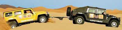Jeansy z Armalithu jako lina holownicza między dwoma Hummerami na pustyni / Credits: ESquad