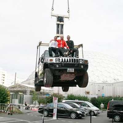 Ważący 2700 kg Hummer zawieszony na parze spodni wykonanych z Armalithu / Credits: ESquad