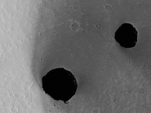 Jaskinie w obszarze Ascraeus Mons / Credits - NASA, JPL-Caltech, University of Arizona