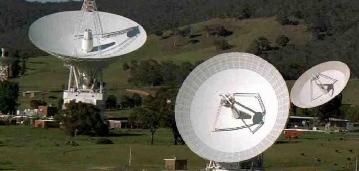 Zespół anten australijskiego ośrodka DSN koło Canberry. Po lewej: antena o średnicy 70 metrów. Po środku i po prawej: anteny o średnicy 34 metrów / Credits: NASA