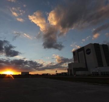 Zachód Słońca nad KSC, symboliczny znak końca lotów wahadłowców w 2010 roku? / Credits: NASA/Troy Cryder