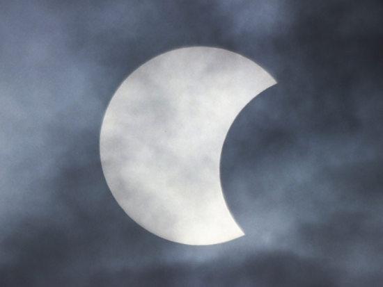 Częściowe zaćmienie Słońca widoczne nad Polską w 2005 roku (Adam Piech)