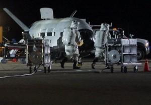 Prace przy promie X-37B po lądowaniu / Credits - Air Force Space Command