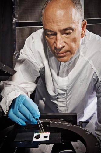 John Hagopian porównuje stare pokrycie wykorzystujące farbę (po lewej) oraz nowy materiał z nanorurek węglowych (po prawej) (Chris Gunn/NASA)
