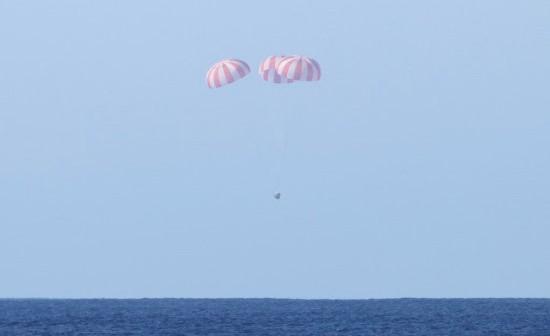 Kapsuła Dragon opada bezpiecznie na trzech głównych spadochronach do Pacyfiku (SpaceX)