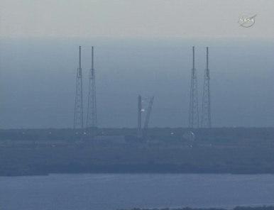 Rakieta Falcon 9 z kapsułą Dragon oczekuje na wyrzutni startowej LC-40 (NASA TV)